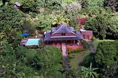 Vue d'ensemble sur les jardins luxuriants de l'hôtel 'Le Jardin Malanga'