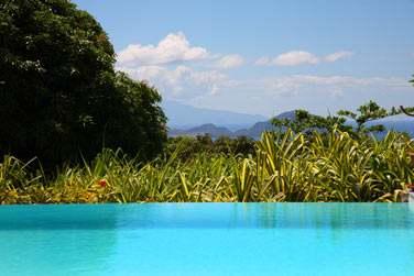 Vue depuis la piscine de l'hôtel Le Jardin Malanga