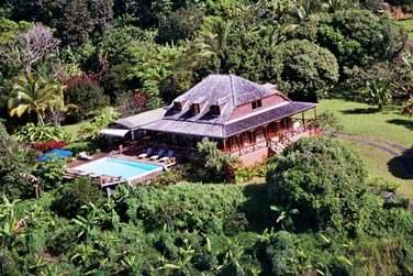 Une végétation exubérante entoure l'hôtel Le Jardin Malanga