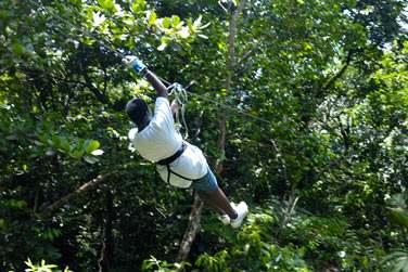 La tyrolienne du parc d'aventures 'Le Tapeur en Guadeloupe'