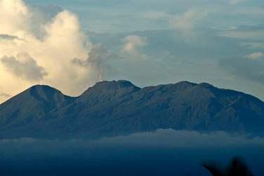 Volcan de la Soufrière avec son panache de fumerolles au sommet, Basse-Terre en Guadeloupe