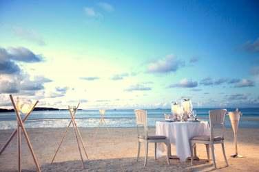 Dîner sur la plage éclairé aux lanternes... Vous vous sentirez seul au monde