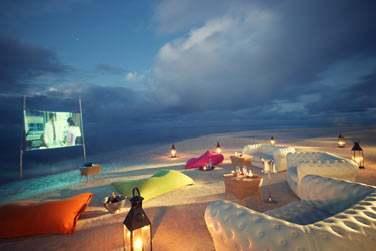Pour une soirée romantique et originale, rendez-vous sur la plage pour une séance de cinéma en plein air