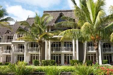 Disséminées dans le jardin tropical de l'hôtel, les chambres offrent une vue sur le jardin, la piscine ou la mer