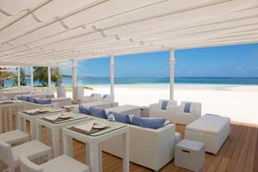 En journée, venez déjeuner ou vous prélasser dans les canapés au bord de la plage