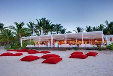 Le soir venu, le Beach Rouge se transforme et vous accueille dans une toute autre ambiance !