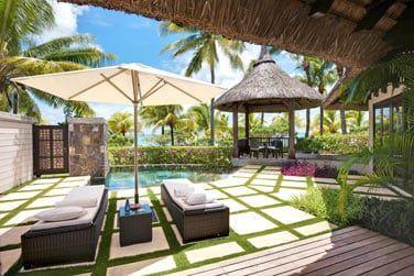Le jardin avec piscine privée de la villa front de mer