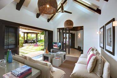 Le spacieux salon donnant sur un bel espace extérieur