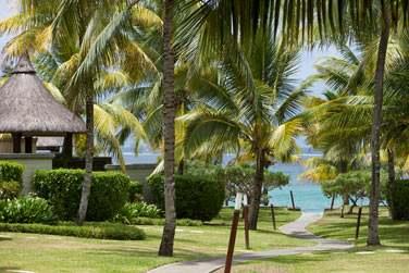 Les jardins luxuriants de l'hôtel vous mèneront tout droit au lagon turquoise