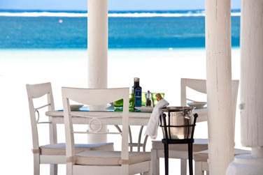 Optez pour un déjeuner ou un dîner les pieds dans le sable à l'ombre d'un kiosque au toit de chaume