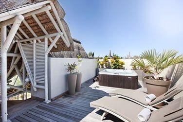 La terrasse avec bain à remous et transats de la Suite LUX*
