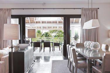 Le salon de la Suite LUX* ouverte sur une très grande terrasse