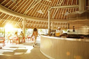 Le bar K, ouvert sur la piscine de l'hôtel