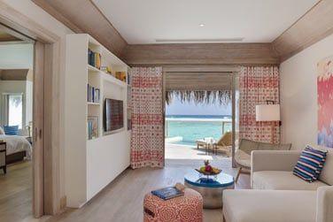 Le salon de la villa pilotis avec piscine vous offre une vue splendide sur le lagon.
