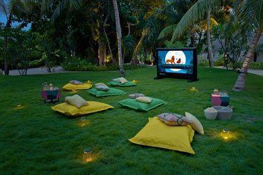 Même des séances de cinéma en plein air!