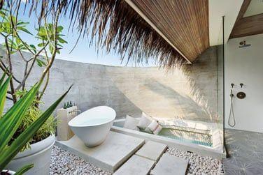 Une salle de bain en plein air pour profiter du bruit des vagues.