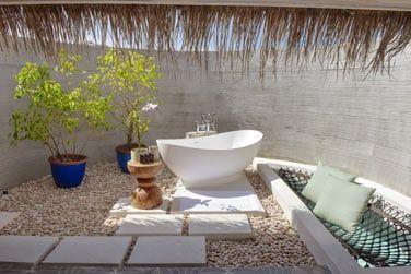 La très belle salle de bain à ciel ouvert.