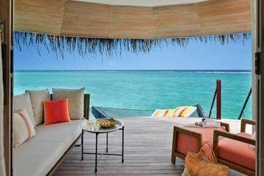 Une vue imprenable sur le lagon depuis votre villa pilotis.