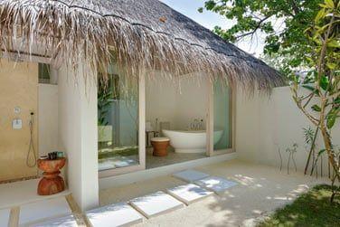Avec une belle salle de bain ouverte vers l'extérieur.
