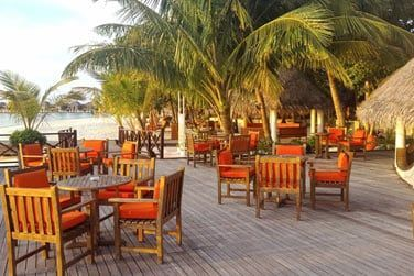 La terrasse du restaurant pour déjeuner ou dîner face à la mer