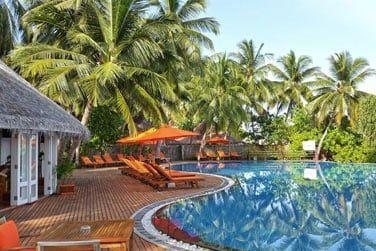 Plongez dans la grande piscine principale de l'hôtel pour quelques brasses rafaîchissantes !
