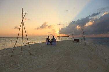 L'hôtel organise de fabuleux dîner en amoureux sur un banc de sable... En toute intimité