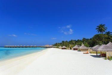 Les Villas s'étendent le long de la plage de sable blanc