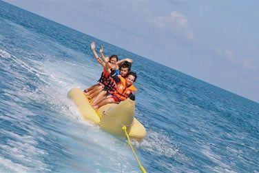 Profitez des activités nautiques dans le lagon autour de l'île
