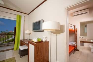 La Chambre Deluxe Famille et sa chambre enfants attenante avec lits superposés