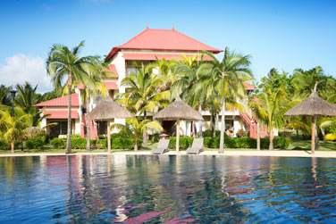 Découvrez l'architecture originale de l'hôtel avec ses bâtiments aux toits rouge !