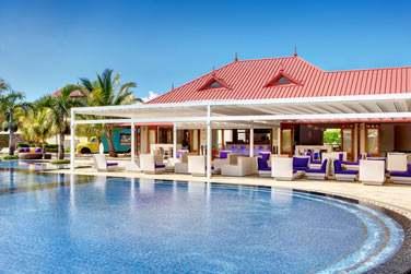 Le B-Bar est situé au bord de l'une des piscines de l'hôtel