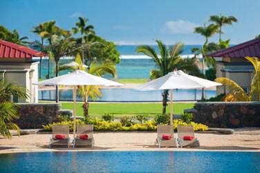Repos au bord de la piscine, avec l'océan en toile de fond
