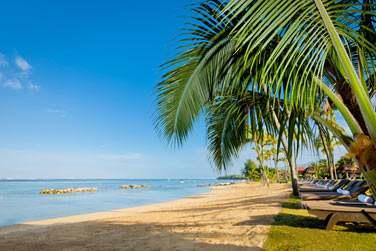 Le Tamassa est bordé par une longue plage de sable blond aménagé