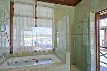 Et une salle de bain lumineuse