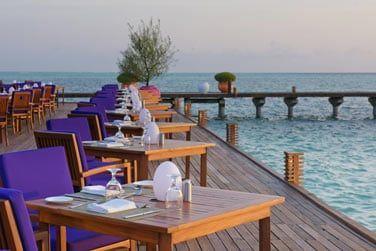 Et ses tables en bord de lagon
