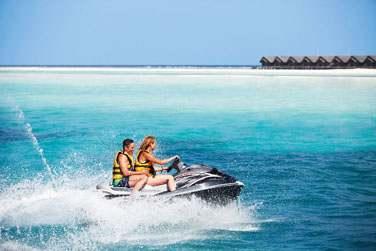 Le LUX* Maldives est également le paradis des sports nautiques : jet ski...