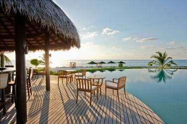 La terrasse du restaurant Veli, au bord de la piscine