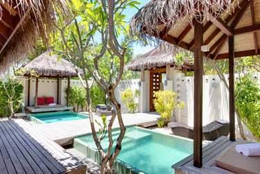 Les espaces extérieurs du Spa avec bassins, espaces de repos...