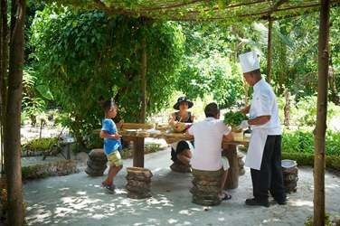Un barbecue dans les jardins tropicaux de l'hôtel : un bon moment à partager en famille