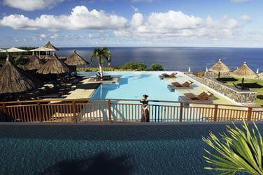 La piscine principale surplombe l'océan indien
