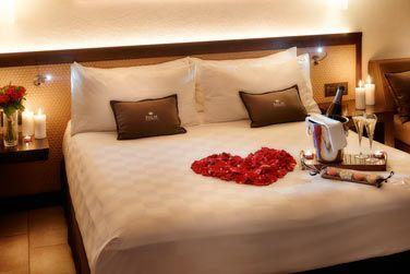 La chambre avec la décoration romantique