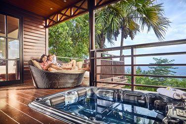 L'espace extérieur du Lodge avec bain à remous