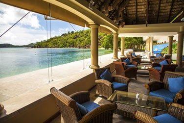 Le bar de l'hôtel et sa vue sur la mer