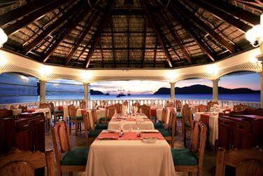 Le restaurant situé sur le ponton au-dessus de la baie