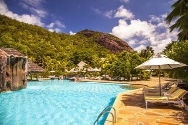 La piscine est l'une des plus grandes des Seychelles