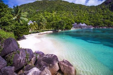 Une plage privée et des eaux propices au snorkeling vous attendent