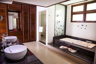 La salle de bain très spacieuse