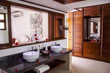 Salle de bain comprenant douche et baignoire
