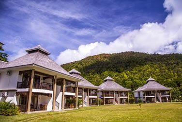 Les chambres sont disséminées dans un vaste jardin, dans de petites villas offrant une vue sur la mer
