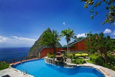 Le bar Dasheene se situe au bord de la piscine princial de l'hôtel